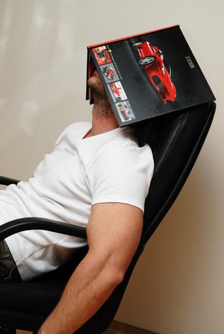 Nínó Karotta arcára fektetett Ferrari F430 könyvvel alszik. Fotó: Fenyő Balázs