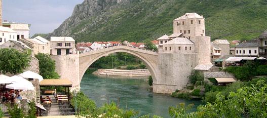 A mostari híd újjáépítésében a magyar katonák segítkeztek