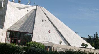 Enver Hodzsa piramisán ma már gyerekek csúszkálnak