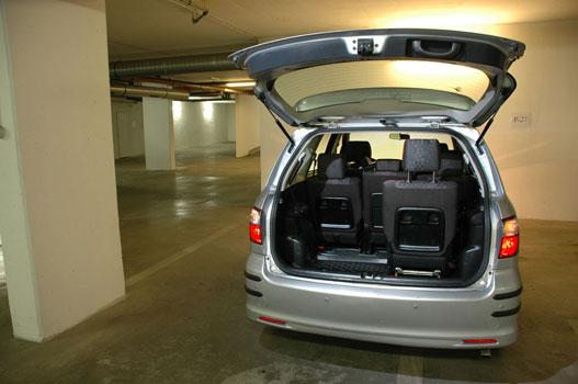 Az Avensis Verso hétüléses, de én leginkább hattal használom. Így elég nagy csomagtér marad