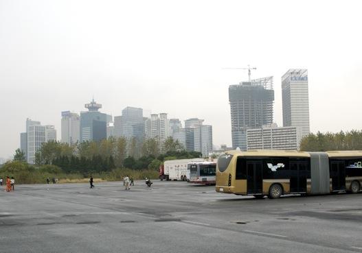 A kép hátterében látható épületek helyén 1992-ig a kép előterében látható mocsár volt