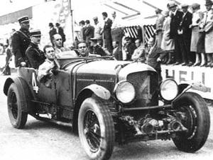 Jobb oldalon ül Woolf Barnato az 1929-es ír GP-n