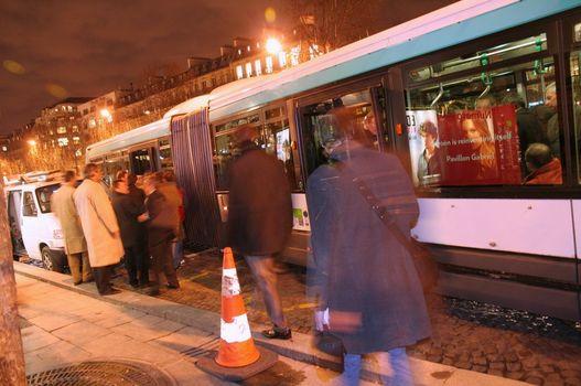 Az okosságok meghallgatása után különjáratú buszok érkeznek a zsurnalisztákért