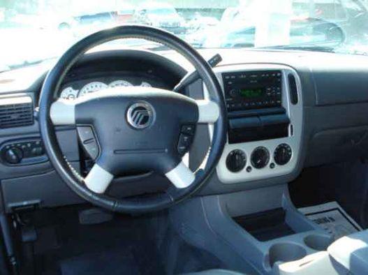 Egy 2002-es Mercury SUV műszerfala. Az igénytelenség csúcsa
