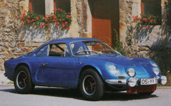 Raliversenyeken sziporkázott, amúgy meg eladhatatlan volt. Az Alpine az A110-zel együtt beleolvadt a Renault-ba, majd elpárolgott