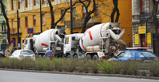 A sors iróniája: műszaki hibás betonkeverők lassítják a forgalmat