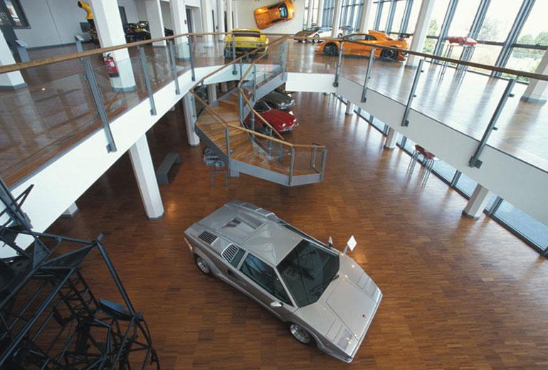 Orrbavágós fogadtatás: egy üvegszálas rátétekkel elcsúfított, kései Countach 25. évfordulós kiadás az első autó a bejáratnál