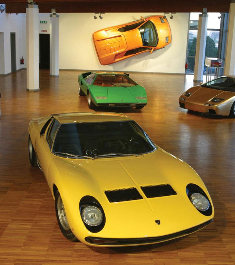 Ez itt meg sokak szerint a világ legszebb autója. Klasszikus Miura, a háttérben egy még korai Countach-sal