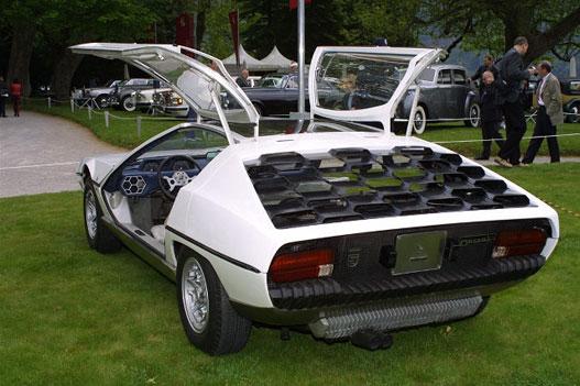 Lamborghini-mánia a szárnyas ajtó. Már a Marzal tanulmányon is próbálkoztak vele