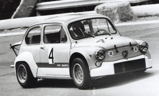 Fiat Abarth 1000 TCR. Figyeljük meg a kitámasztott motorháztetőt hátul!