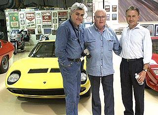 Jay Leno sárga Miurája mellett fehér ingben Gandini