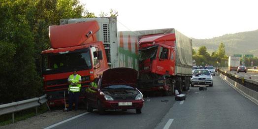 Előbb a teher- és a személyautó ütközött, majd a rendőrmotorokat elsodorva beléjük hajtott a kamion