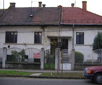 Hans orra és a ház, amibe beleáldoztam. A bal oldali, roggyant tetejű részről van szó