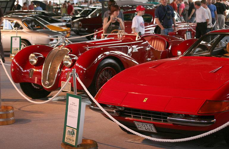 Távolabb a kiállítás legérdekesebb autója, az 1942-es Alfa Romeo 6C 2500, emitt meg egy Ferrari 365 GTB Daytona