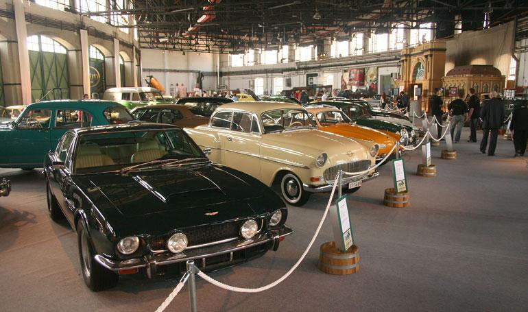 Aston Martin, Opel Rekord, VW Karmann-Ghia, meg egy Jaguar Mk II alig láthatóan