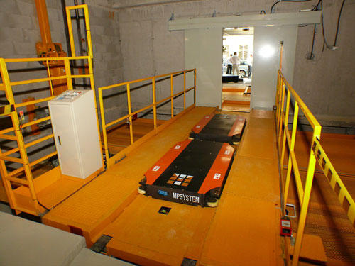 A DUO Robot a liften. Azért DUO, mert az autóknak természet szerűleg különbözhet a tengelytávjuk