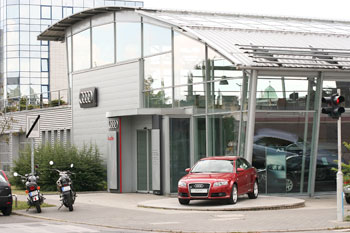 Ügyes: a sarokra kitett, üvöltő piros Audihoz hasonlót ugyan alig vesznek, de berángatja a vevőket a szín
