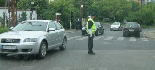 Egy kezdő közlekedési rendőr fizetése bruttó 90-100 000 forint
