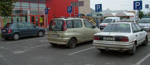 A fehér Toyota jogtalanul parkolt! Szégyellje magát!