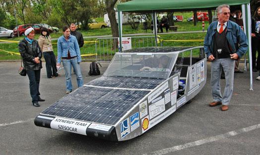 Az időjárás nem kedvezett a napelemeseknek. Ebben a járműben nincsenek telepek, csupán szuperkapacitás (kondenzátor) segít a haladásban