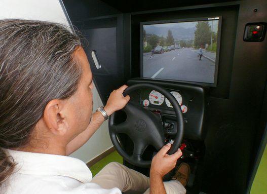A program előre rögzített felvételt játszik vissza az autó sebességének megfelelően, a kormánnyal előre meghatározott történetekbe ágazhatunk el
