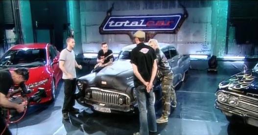 Háttal Jamiki, előtte a gigászi Buick