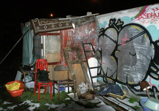 Éjjeli menedékhely a garázssor mögött
