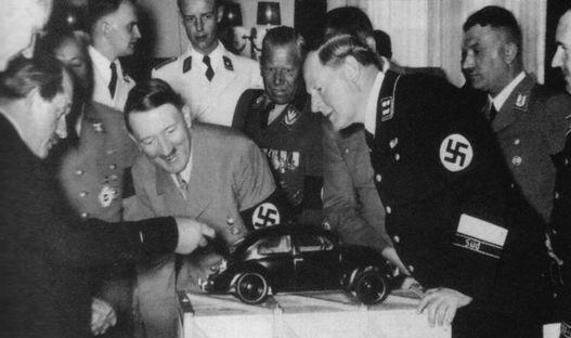 Ferdinand Porsche bemutatja a népautót a Führernek 1938-ban