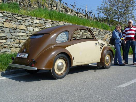 Steyr 50-es. Hiába gömbölyű, ez még háború előtti. Szépen simul a tolótető