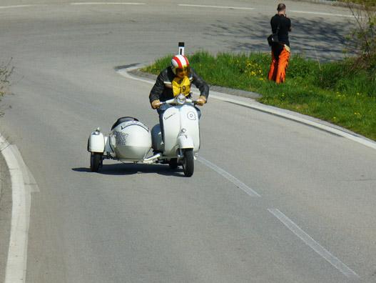 Vespa is elbír oldalkocsit