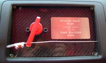 Az áramtalanító mellett kedves kis plakett igazolja, ez a Swift kupás versenyautó