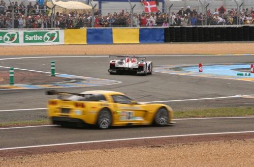 A sárga Corvette C6R a GT1 osztályban, az Audi R10 az LMP1 osztályban versenyez