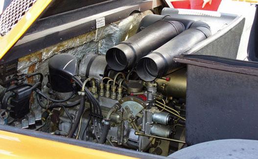 Nem dízeladagoló, csak egy régi fajta Bosch befecskendezőszivattyú. Kis híján nagyobb, mint mögötte a motor