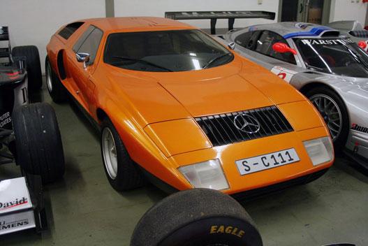 Ez a Mercedes raktárában lévő, még állólámpás tükrös, korai C111-I
