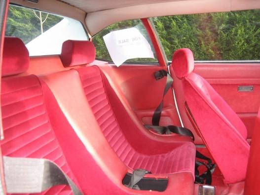 Bár ember be nem fért oda, a 308 GT4 2+2-ben gyönyörűen kialakították a hátsó üléseket