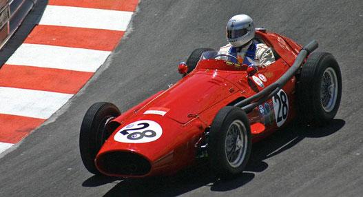 Kár volt elengedni Colombót: a részben általa tervezett Maserati 250F-nek olykor sikerült a saját zsírjában megfőznie meg a Ferrarikat
