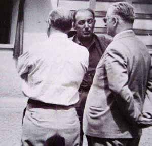 Aurelio Lampredi (szemben)és Enzo Ferrari (a védjegy napszemüvegben)