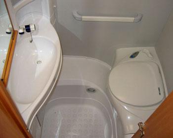 Minden négyzetcenti fontos: a vécépadló maga a zuhanyzótálca
