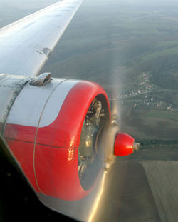 A motorok háromágú 3,6 m átmérőjű légcsavarokat hajtanak meg, a csavarszárnyak állásszöge hidraulikusan állítható