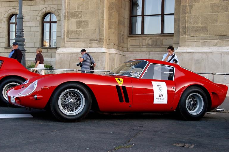 A Ferrari 250 GTO a 250 GT testéből és a 250 Testa Rossa versenyautó motorjából született.