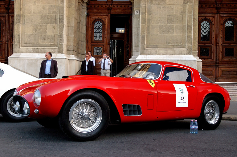 Ez itt az 1956-os Ferrari 250 GT LWB (hosszú tengelytávú), az 1956-os Tour de France autóverseny győztese