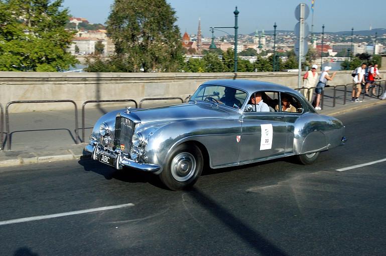 Ez az 1955-ös Bentley R-Type Continental élőben pontosan ennyire jól nézett ki