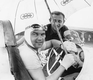 Komikus pillanat: Caracciola Auto Union-os ernyőalatt ül Mercedes-Benz versenyautójában