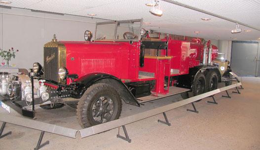 Henschel tűzoltóautó gigantikus szivattyúval az ormányán