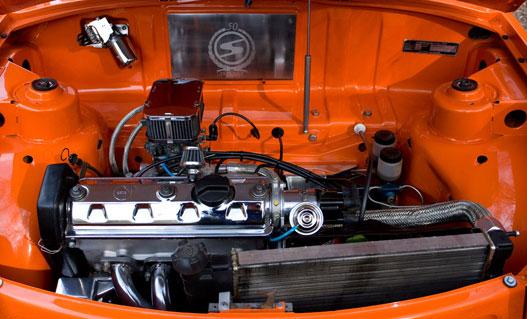 Igazi, teljesítménynövelő tuning nincs, de a sok krómozás miatt nagyon szép a motortér