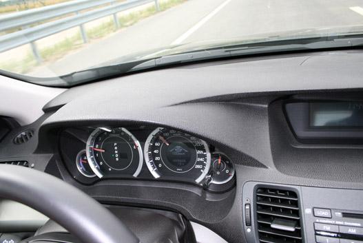 A kilométeróra közepén lévő LCD mutatja az adaptív tempomat beállítási értékeit