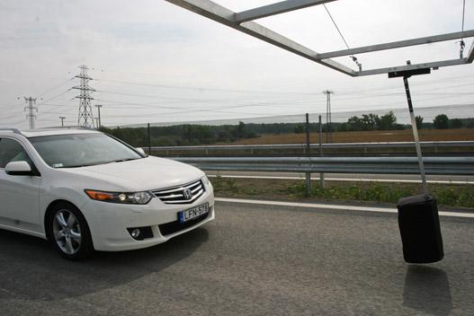 Ilyenkor már fékez és rángatja az övet a Honda CMBS, ezzel figyelmeztet az ütközésre