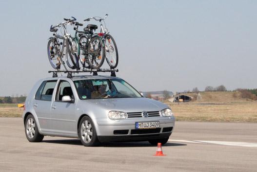 A tetőcsomagtartón lévő bicikli jelentősen növeli az autó oldalszélérzékenységét