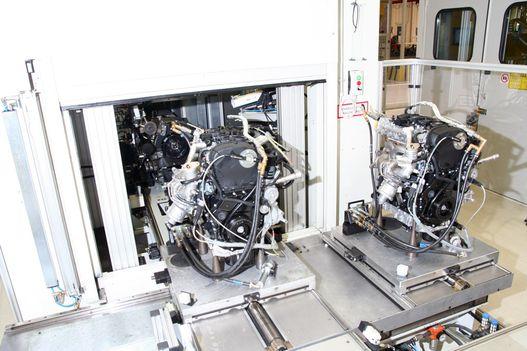 Az egyik motor félreáll, hogy kiengedje a másikat