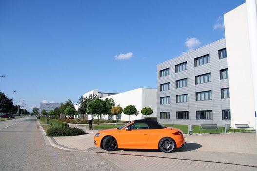Így néz ki a gyár. Előtérben egy ritkaság: KPM-sárga TT Roadster